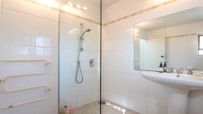 11._Baywatch_-_bathroom_2_shot_1500x843.jpg