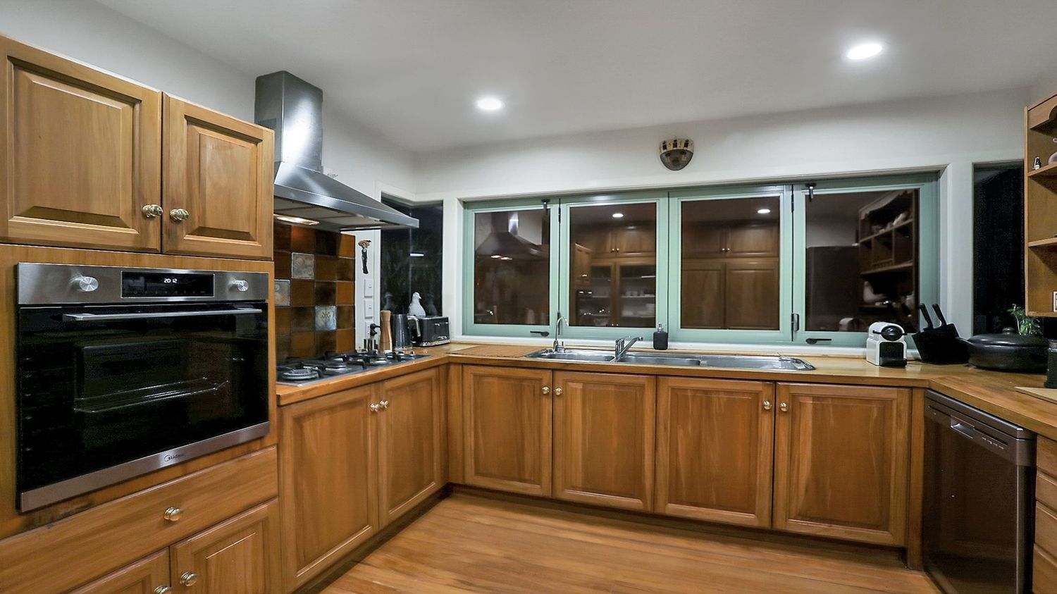 27._Seaview_normal_looking_kitchen_thank_goodness_1500x843.jpeg